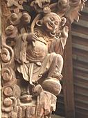 白日裡的烏鎮:牛角 1 ─古舊的建物屋簷下多有稱為〞牛角〞的裝飾物,最