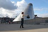 2008-02 Tacoma 玻璃博物館:看莎蔓沙小姐一手就把它抱起來了