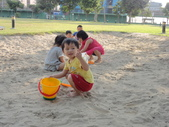 Q寶貝.軒寶貝到外婆家度假:101711寶貝Q和嫩在廣豐公園內沙坑玩.JPG