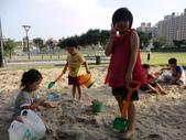 Q寶貝.軒寶貝到外婆家度假:101711寶貝Q和嫩在廣豐公園內沙坑玩 (1).JPG