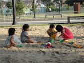 Q寶貝.軒寶貝到外婆家度假:101711寶貝Q和嫩在廣豐公園內沙坑玩 (3).JPG