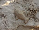 Q寶貝.軒寶貝到外婆家度假:101711寶貝Q在廣豐公園內沙坑玩沙魚.JPG