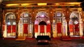 【2016。勇闖印度】白城烏代浦爾。Ranakpur千柱廟,藍城久德浦:久德浦珍珠宮殿 (Moti Mahal) 出名的彩色玻璃