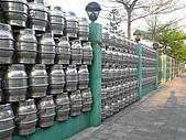生活在台北 (Living in Taipei):街頭一瞥: 啤酒桶組成的圍牆