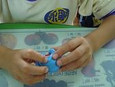 黏土遊戲:包覆小球的練習,需要手指的精細動作